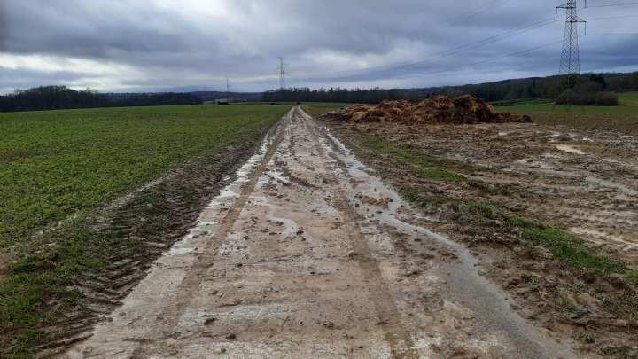 Route boueuse à cause du passage d'un tracteur