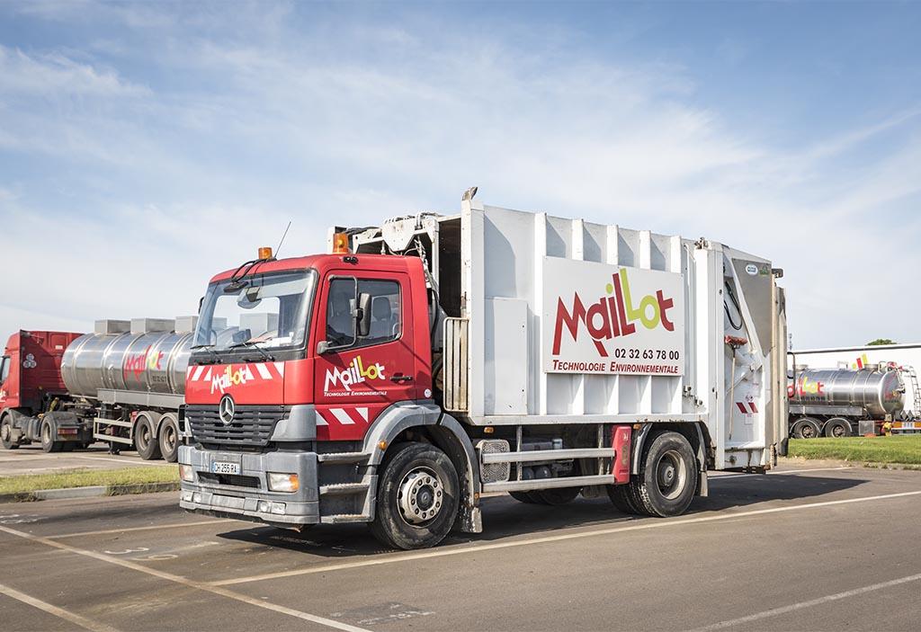 Camion Maillot SAS en train de collecter des déchets solides